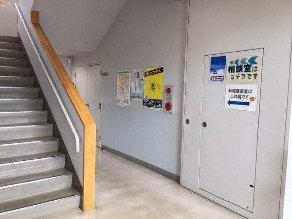 ③階段のわきを通ります